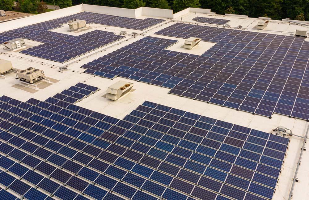 Photovoltaik-Module werden auf Dächern installiert