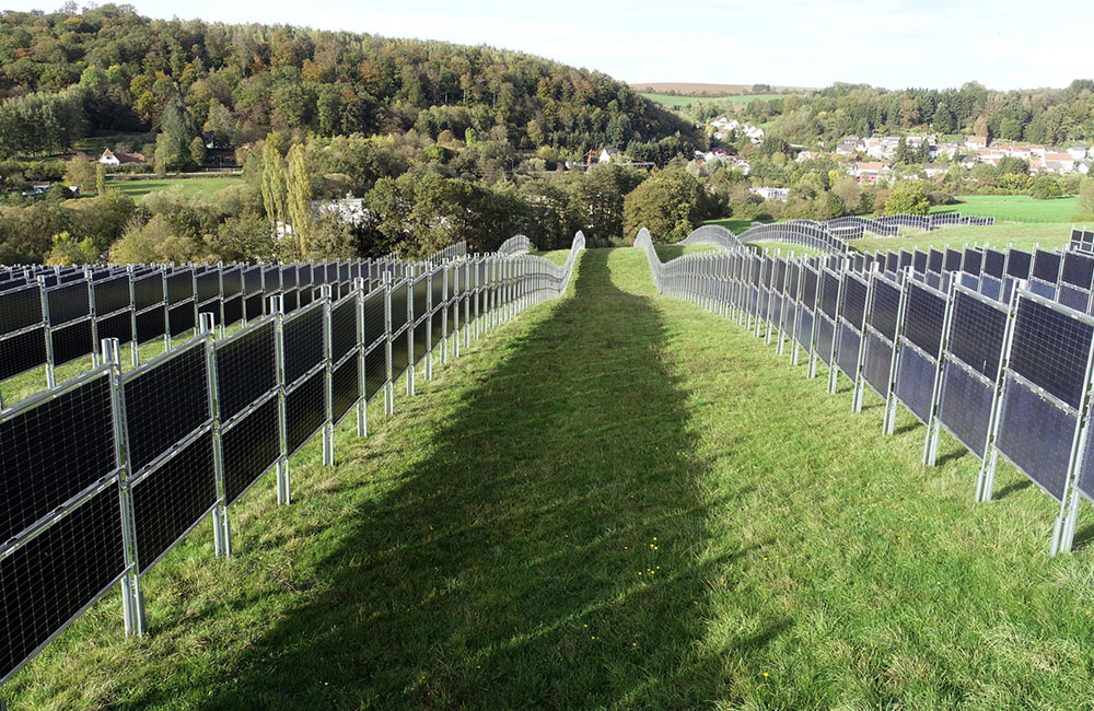 Zaun-Konstruktionen mit Solar-Paneelen können gut auf Agrarflächen eingesetzt werden