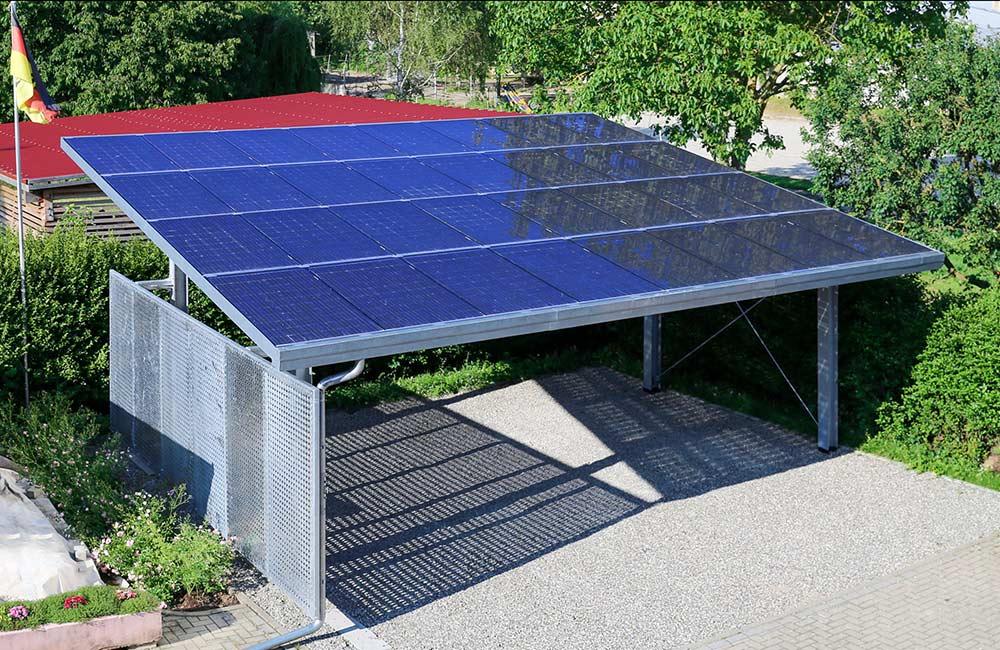 Solar-Carports werde mit Ladestationen und Elektroautos kombiniert
